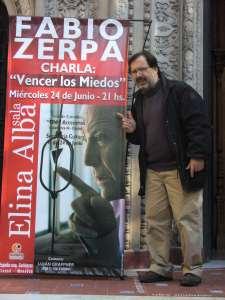 Ale Agostinelli y afiche de Zerpa en Mendoza